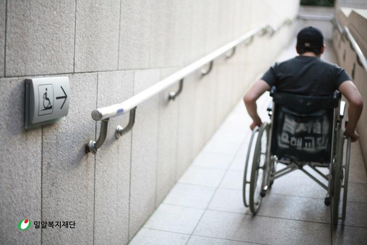 걸어서 6분 거리, 휠체어로 30분 걸린 이유
