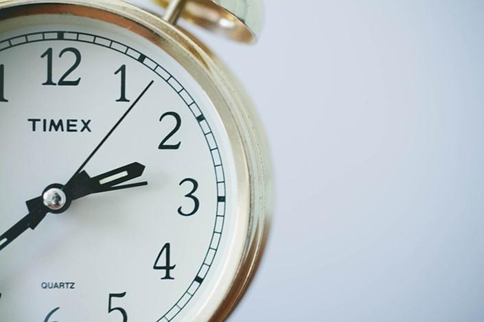 아침에 빨리 잠에서 깨는 10가지 방법