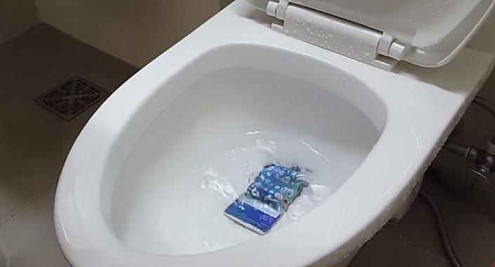 변기에 퐁당 빠뜨린 '갤럭시노트7'은 멀쩡했다 영상