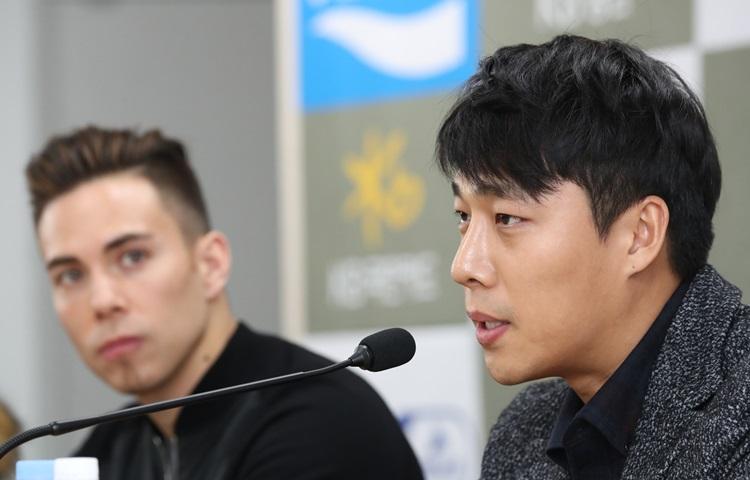 """김동성: """"예전 감정은 모두 잊었어요"""" 악수 나누는 김동성과 오노"""