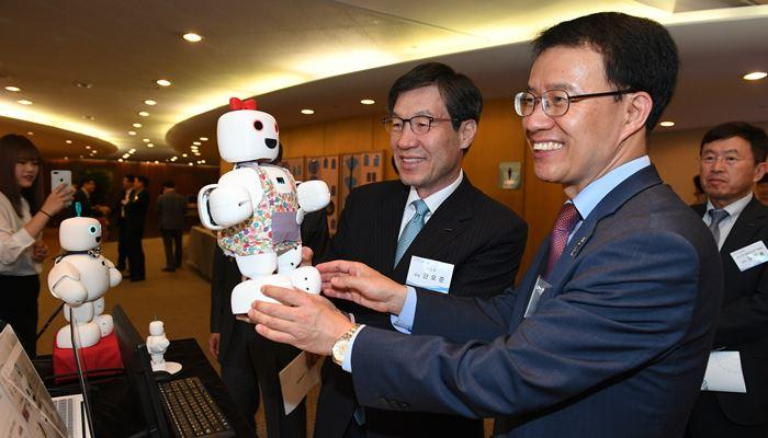 포스코 아이디어 마켓 플레이스에서 소개된 반려 로봇 '파이보'