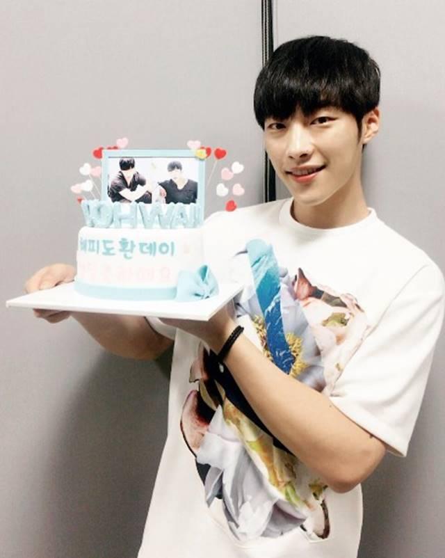 誕生日ケーキを掲げるウ・ドファン