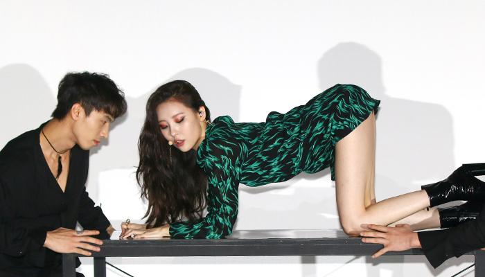 데뷔 10년 맞이한 선미, 관능미 폭발한 '가시나' 첫 무대(사진)