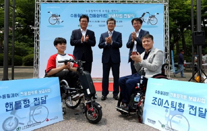 현대차, 장애인 위한 '모터'단 수동 휠체어 공개