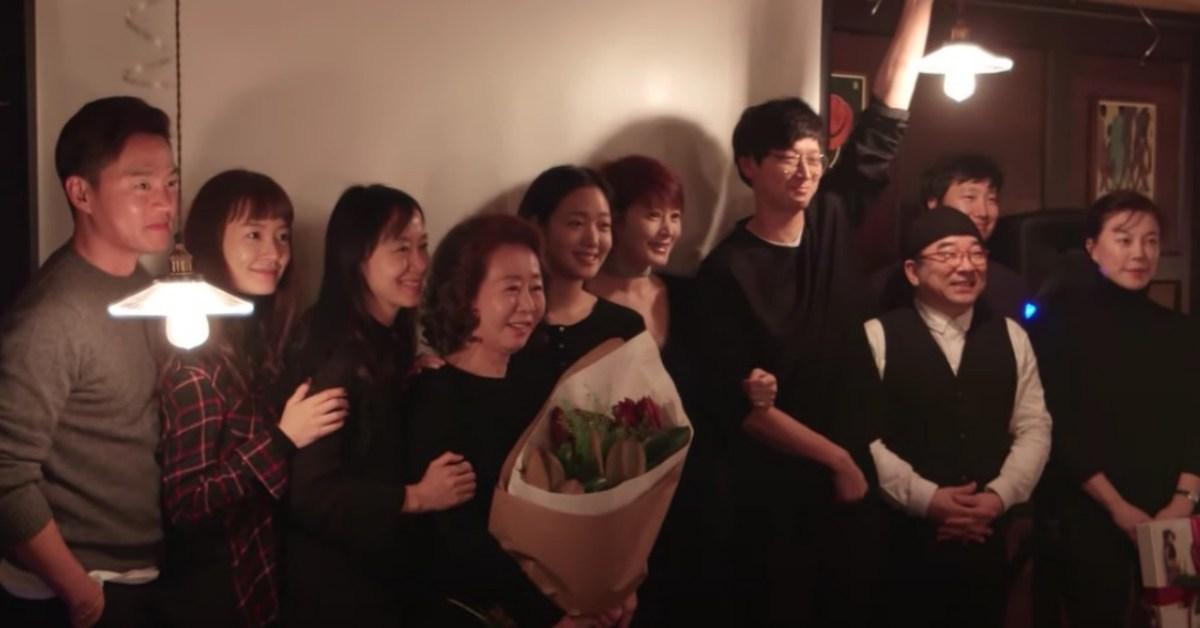 """""""윤여정 데뷔 50 주년 기념 파티 영상이 늦게 공개됐다.  하지만 참석 한 사람들은 …"""""""